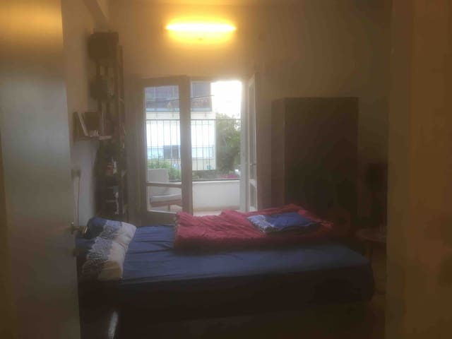 A Quiet Room & balcony, 10 min. from Azrieli, Gay