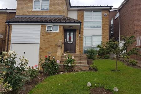 Fantastic spacious 4 BR/3 BA home Cls to the tube