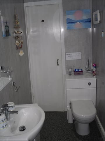 En-suite bathroom in Room 2.