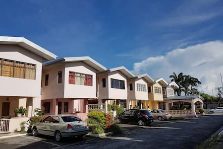 Comfortable 3 Bedroom Townhouse great location