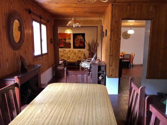 La Casa se caracteriza por el estilo de decoración Rústico: por el empleo de madera, mimbre y colores cálidos.