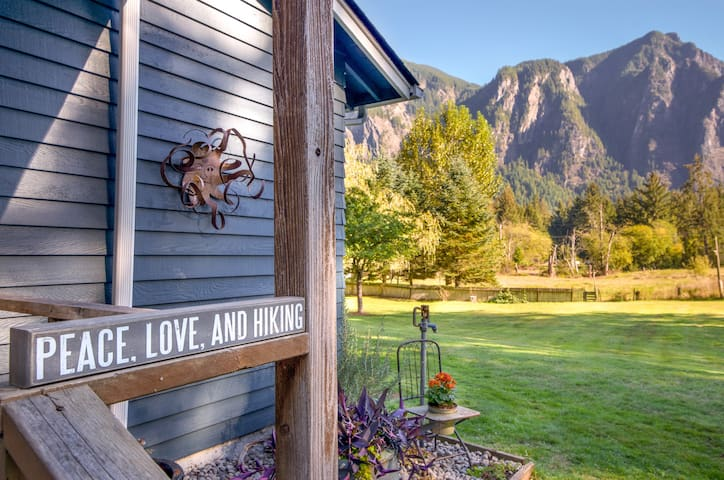 Lots of room outside (2 acres!) to run and play. Apples and blackberries are waiting to be picked while you walk and enjoy the different views of Mount Si and the Cascade Mountains.