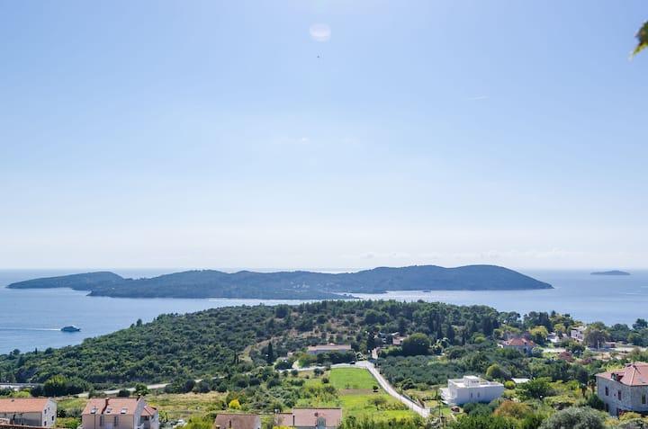 Splendid view hilltop 3-bedroom vacation house