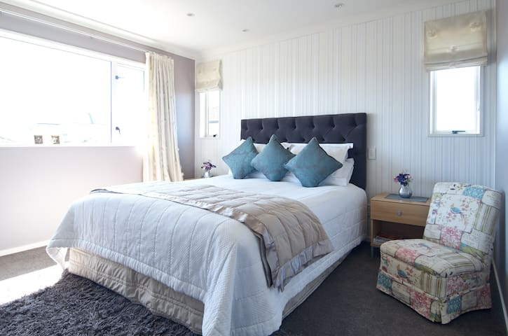 Luxurious modern sunny and friendly - Christchurch