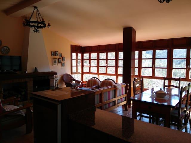 casa rural en pueblo muy tranquilo - El Rebollal - House