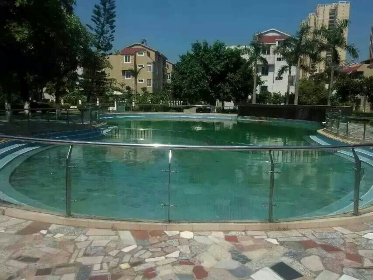 小区内游泳池