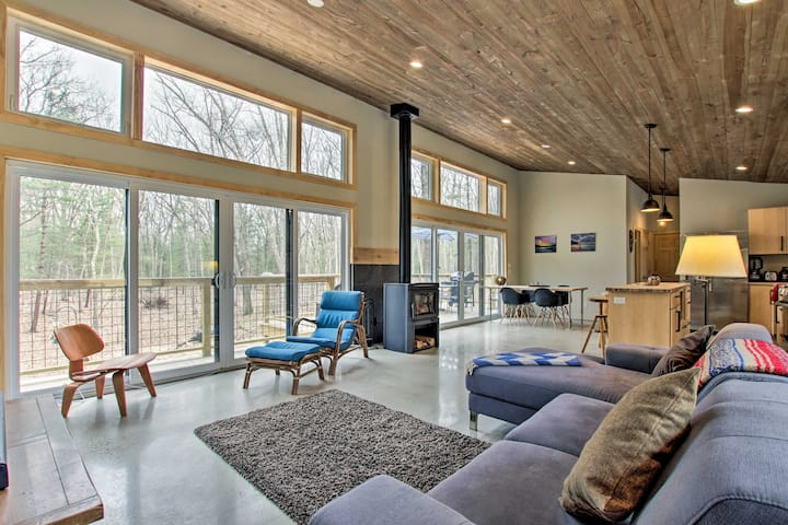 Modern Home - 3 Mi to Fennville, 9 Mi to Lake