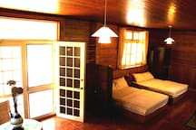 Inside the room there are 40-inch TV, refrigerator, hair dryer, dressing table.房間裡面有40吋電視、冰箱、吹風機、梳粧台。