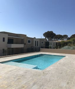 Stylish, modern , pool, near beach, calm, sleeps 4