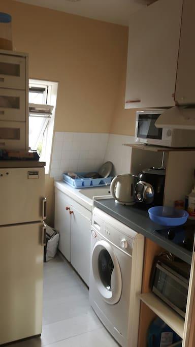 Cuisine équipée (bouilloire,machine à laver, micro-onde, frigo à disposition, plaque électrique...)