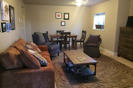 Cozy creekside lodging - Gallatin Gateway - Pis