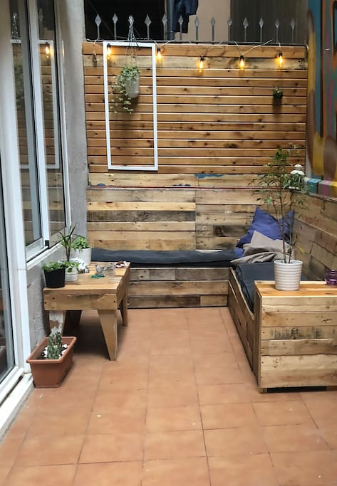 Great location with cozy terrace appartamenti in for Monolocale affitto barcellona spagna