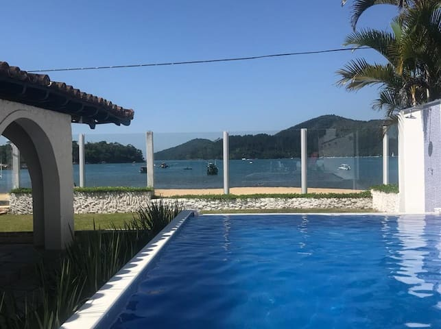 Beachfront house with pool in Ubatuba