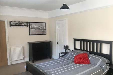 Spacious double room with en-suite, close to WMA