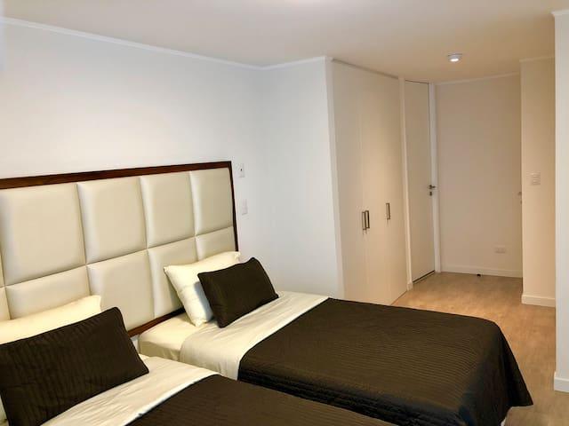 Dormitorio con dos camas de plaza y media (se pueden unir).