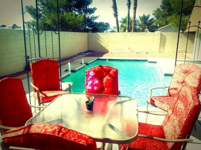 Vegas BunkHouse | 2 Private Rms [4 bunks/Sleeps 8] - Paradise - House