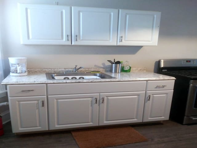 1 BDRM Apartment with Kitchen | Free Ezy Parking