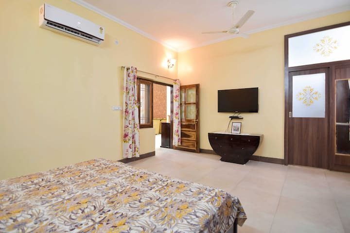 Comfortable Stay with Breakfast & Kitchen