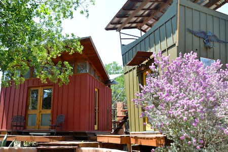 Romantic Red Eco-Cabin - Spicewood - Cabin