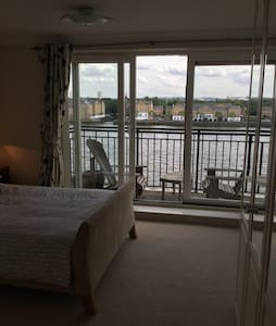 Superb River Thames view 2 bed aprt - Flat