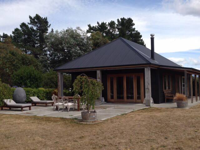Rustic cottage, vineyard views - East Taratahi - บ้าน