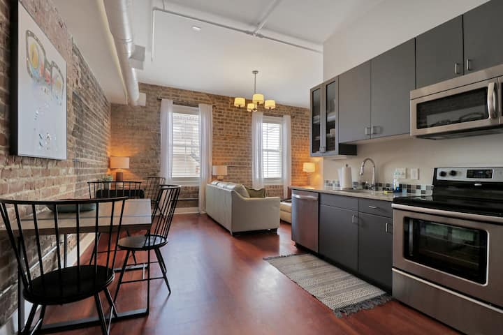 Downtown Loft- Steps away from Plant Riverside!