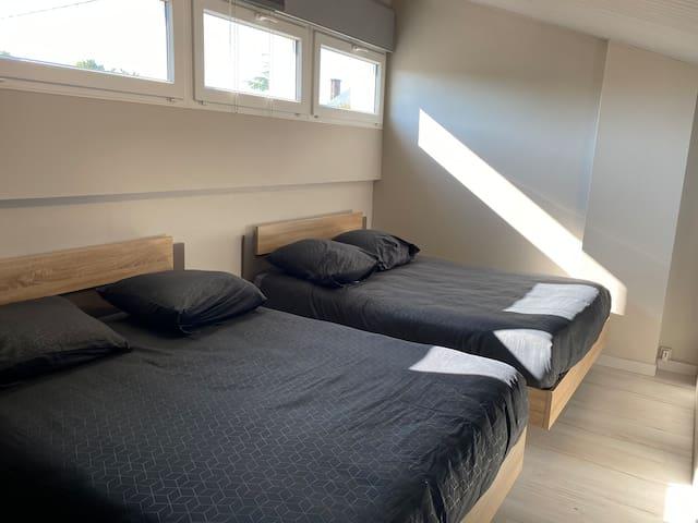 chambre a l'étage avec ses 2 grands lits