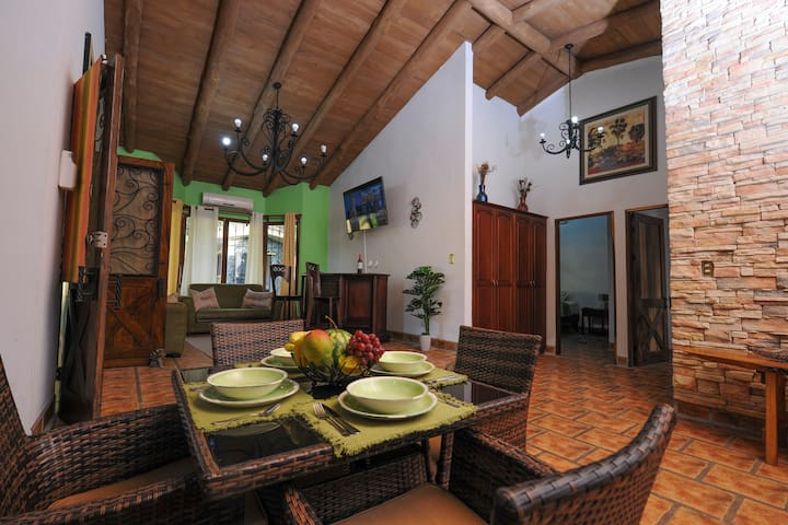 TROPICALLY INSPIRED SPANISH HOME - Quebrada Ganado - Huis