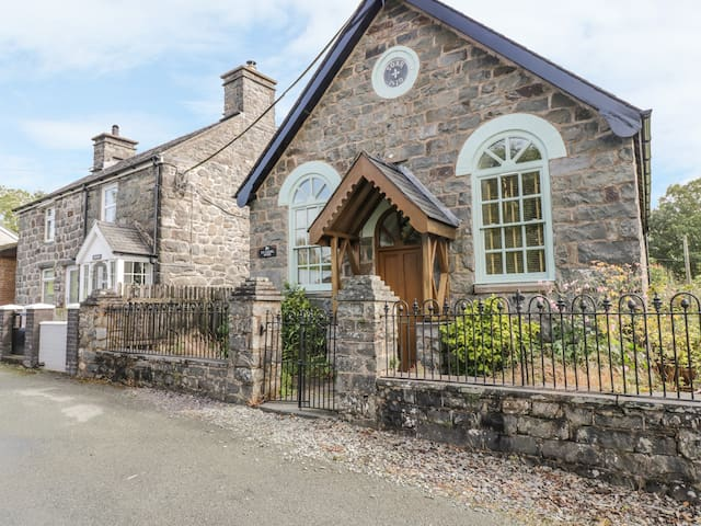 TY CAPEL SOAR, character holiday cottage in Cemmaes, Ref 992892