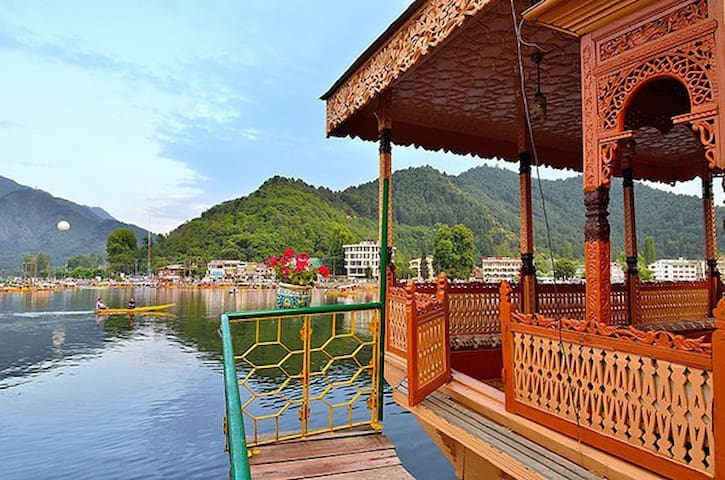Houseboat in Dal Lake Area - Srinagar - Loď