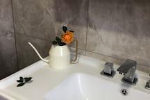 二层卫生间,两层均有浴室柜、马桶、花洒