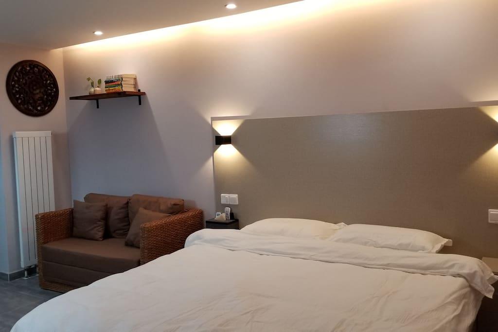 新升级的床头和书架,给您更温馨的体验。