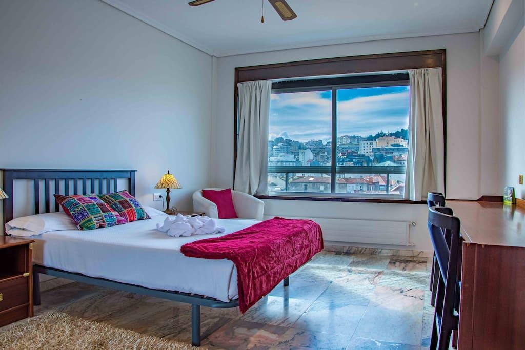 Dormitorio con vistas al Casco Vello