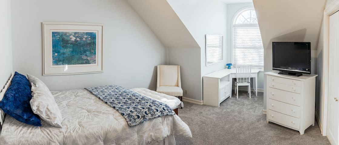 Elegant Upstairs Bedroom in Large Family Home - Chico - Hus
