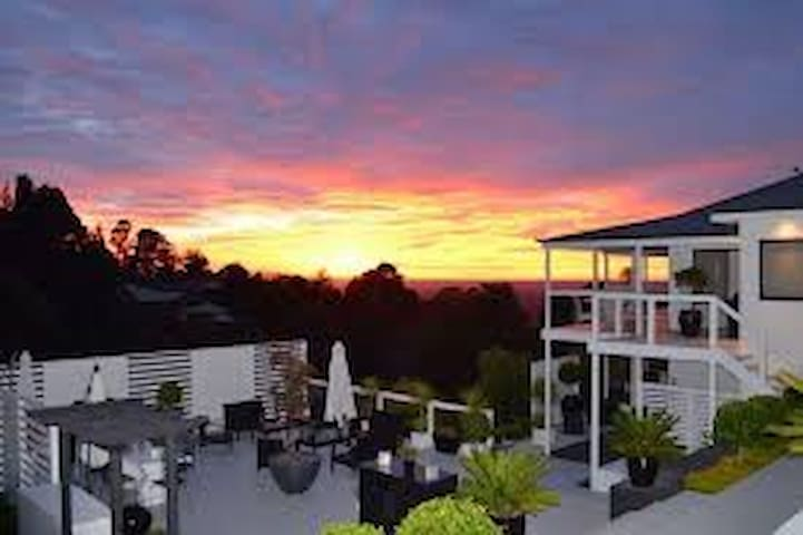 BEAUTIFUL GET AWAY OVER LOOKING SYDNEY - Kurrajong Heights - Rumah