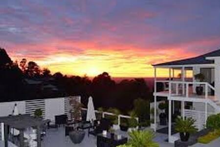 BEAUTIFUL GET AWAY OVER LOOKING SYDNEY - Kurrajong Heights - Ev
