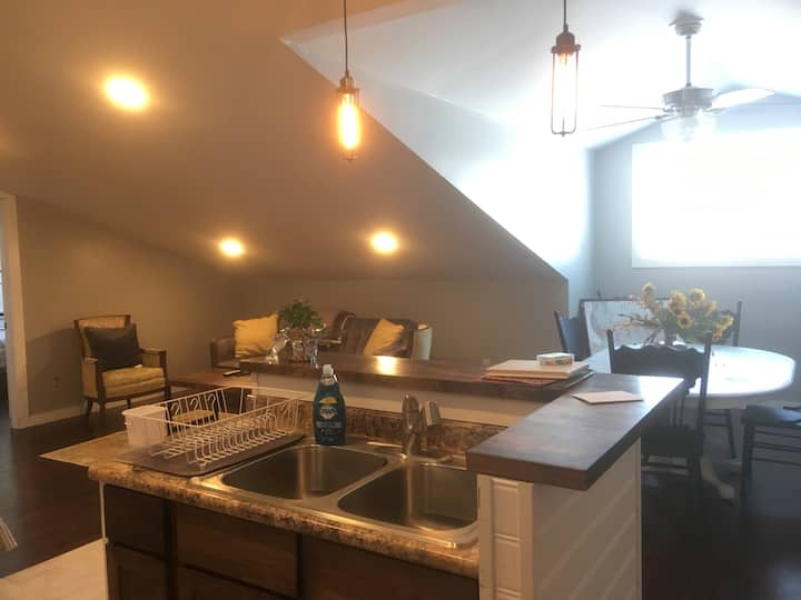 Executive Loft, clean & modern apartment near I-94