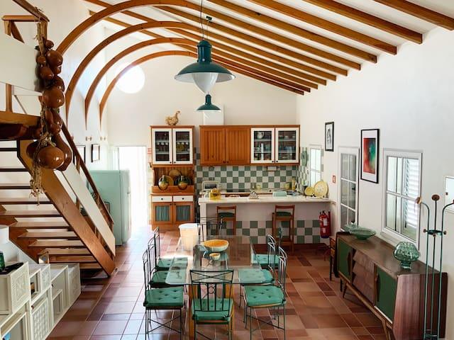 A sala de estar, de refeições e a cozinha são um único espaço climatizado com ar condicionado, mais usado nos dias frios pois a casa é naturalmente fresca para o verão