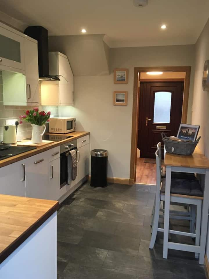 Kennedy Terrace; Modern 2 bedroom house, central.