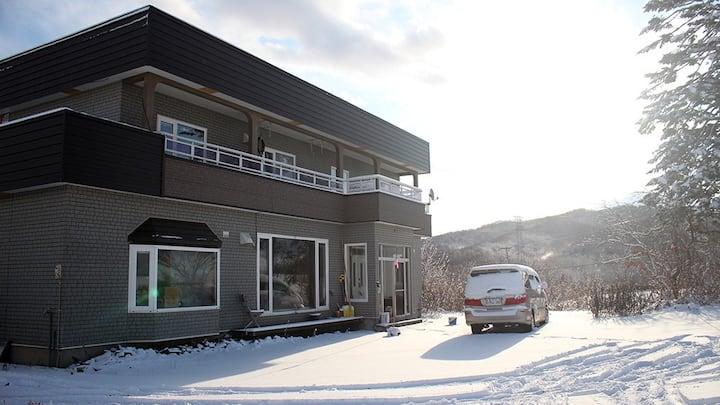 Rusutu Ski Chalet - Six Bedrooms, BBQ, Lake Toya.