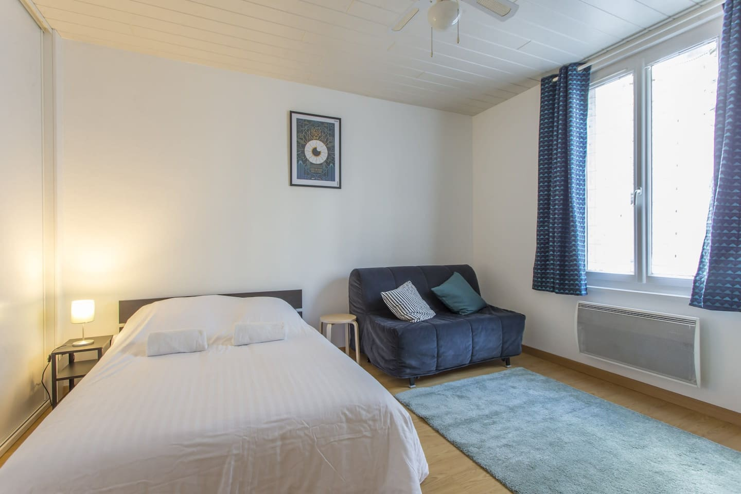 Luminous and spacious bedroom with a double bed and a sofa bed