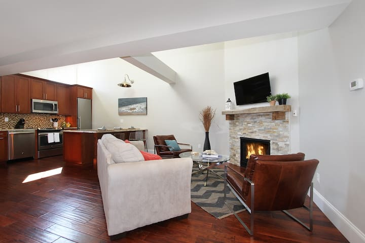2 Bedroom Loft - Views, Fireplace and More!