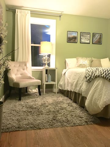 Private FRENCH QUARTER room in cute cottage! - Burien - Maison