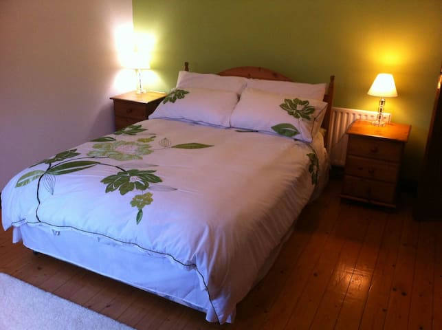 Double Bed in Home away from Home. - Kingscourt - House
