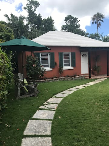 Large One Bedroom Cottage minutes from Hamilton