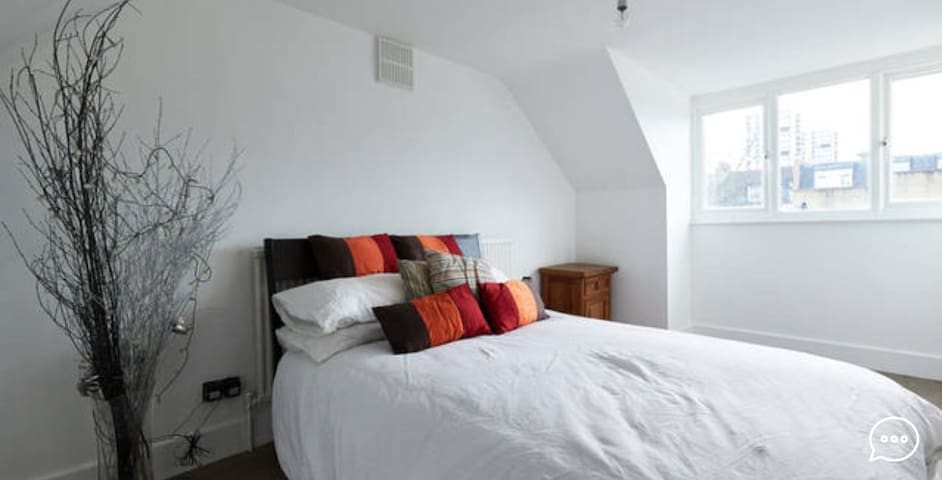 A very good size loft room - Londyn - Dom
