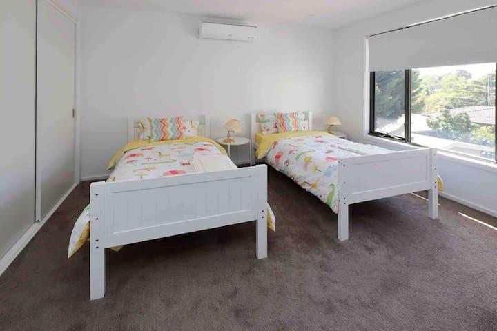 Room 4: two single beds bedroom