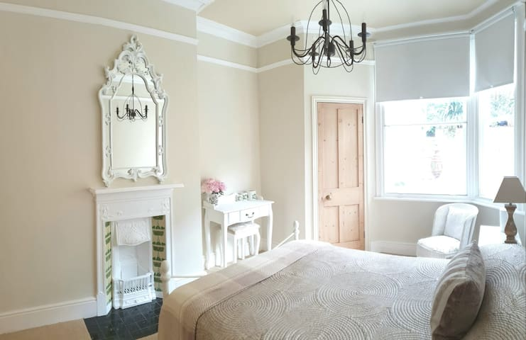 Ensuite & Own Lounge/Dining with Quiet Garden View