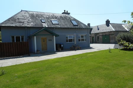 Chauffeur's Cottage with Hot Tub, Glenshee