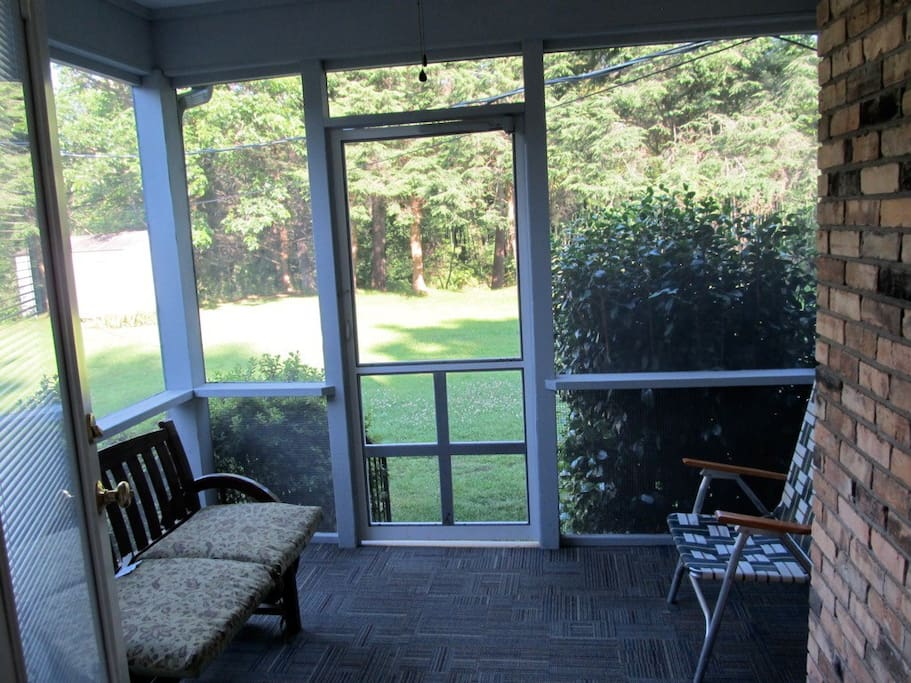 SCREENED PORCH FOR OUTDOOR ENVIRONMENT